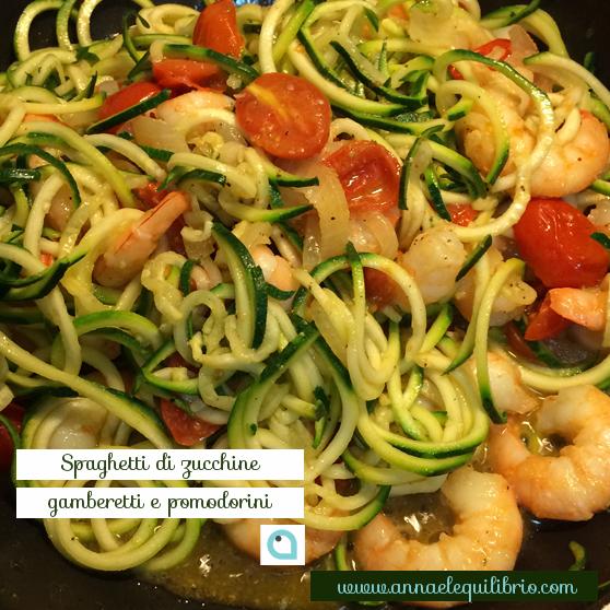 Spaghetti di zucchine gamberetti e pomodorini